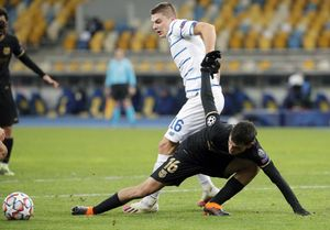 Vitaliy Mykolenko en acción contra Pedri durante el partido de la UEFA Champions League entre el Dynamo Kiev y el FC Barcelona en Kiev, Ukraine,