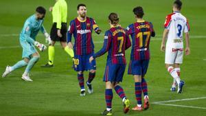 Messi, Griezmann y Trincao, celebrando un gol del Barça ante el Alavés