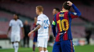 Pocos porteros pueden decirlo: Neshcheret paró un disparo de falta de Messi
