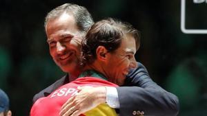 El abrazo entre el rey Felipe VI y Rafa Nadal después de la victoria del equipo español