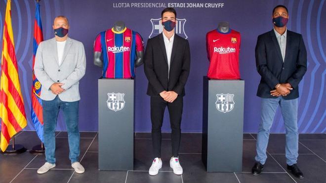 Álex Ruiz posa junto a Xavier Vilajoana y Patrick Kluivert