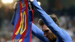 Leo Messi mostró la camiseta del Barça al Bernabéu