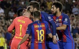 Marc-André Ter Stegen es felicitado por sus compañeros tras despejar el penalti en el Barça-Celtic de la Champions
