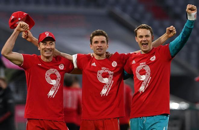 Los futbolistas del Bayern celebraron la novena Bundesliga consecutiva sobre el césped