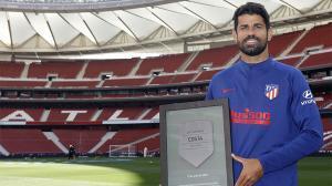 Diego Costa recibe una placa conmemorativa por sus 200 partidos oficiales con el club