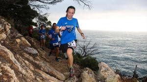 La carrera transcurre por caminos con acantilados de la Costa Brava