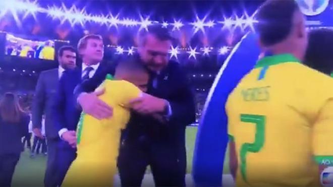 El polémico abrazo de Dani Alves con Bolsonaro tras ganar la Copa América