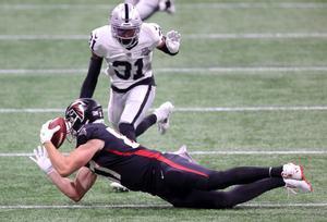 Jaeden Graham # 87 de los Atlanta Falcons no puede atrapar a los Raiders de Las Vegas en el estadio Mercedes-Benz.