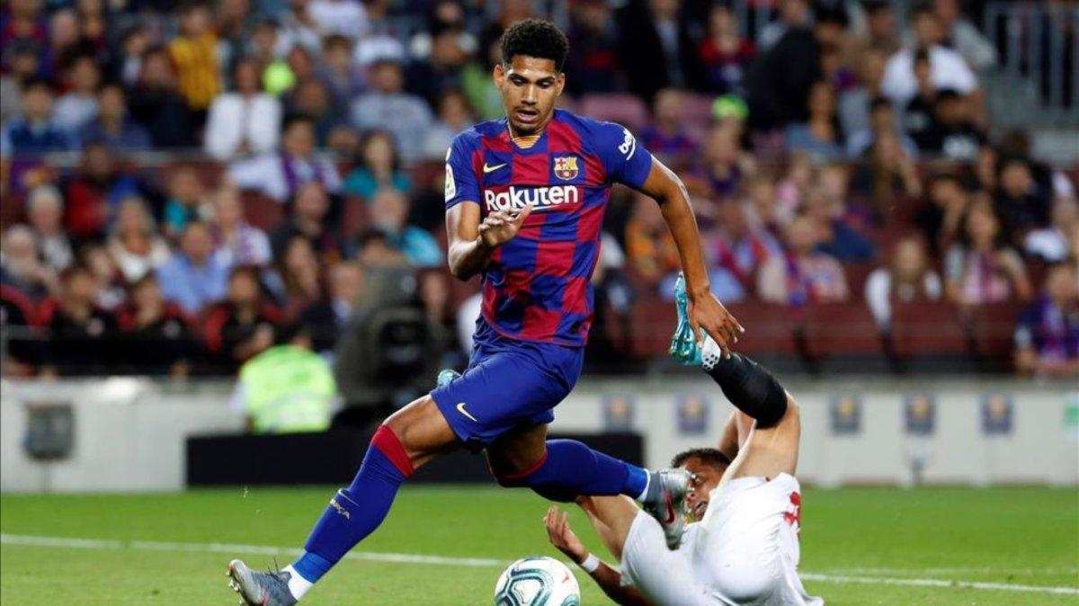 Ronald Araujo disputando un balón en su debut ante el Sevilla