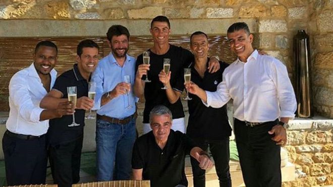 Cristiano, muy sonriente, brindó por su nuevo futuro en la Juve