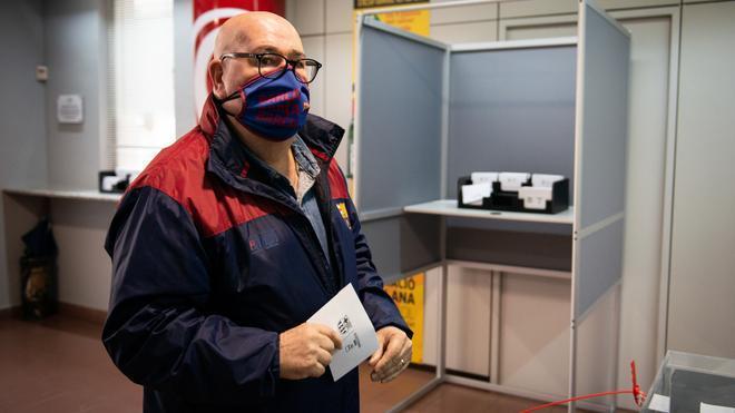 Un socio depositando su voto en la sede de Tortosa