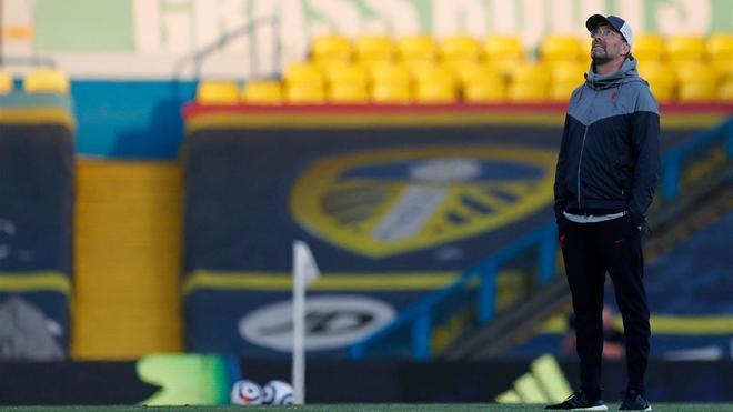 Jurgen Klopp, mirando la avioneta que sobrevolaba Ellen Road con el mensaje contrario a la Superliga