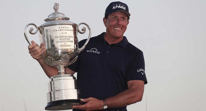 Mickelson, con el trofeo de vencedor de la PGA.