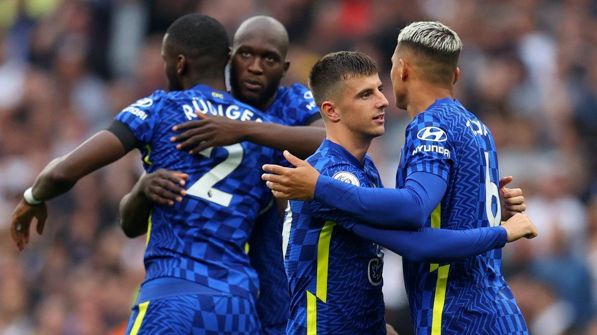 El Chelsea y el Liverpool comparten la punta de la Premier con los mismos puntos y diferencial de goles
