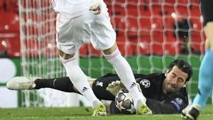 Alisson, atento en la ocasión de peligro del Madrid