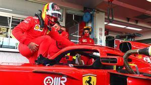 Carlos Sainz subiéndose al Ferrari