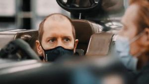 Vettel sorprende con su curioso cambio de look