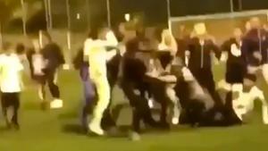 ¡Esto no se puede permitir! Increíble batalla campal entre padres y jugadores en un partido de juveniles