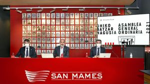 El presidente rojiblanco, Aitor Elizegi, el contador de la Junta Directiva, Jon Ander de las Fuentes, y el director general, Jon Berasategi
