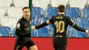 Sergiño Dest celebra con Leo Messi uno de sus goles