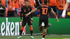 Depay celebra el gol con Malen