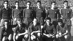 Ferrer, de pie, a la derecha, en el partido que jugó con el primer equipo del FC Barcelona