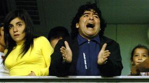 Maradona y Gianinna, presenciando un partido de Boca en La Bombonera en 2005