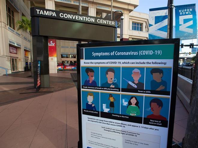 Cartelería sobre los síntomas del covid en Tampa