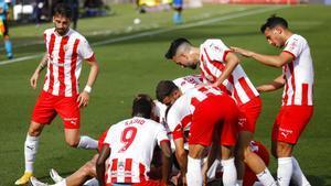 Los jugadores del Almería celebran uno de los goles ante el Sabadell.