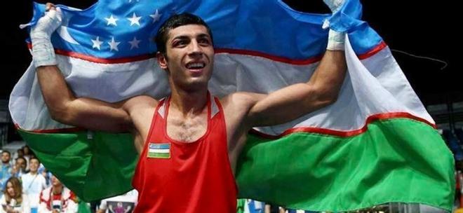 Shakhobidin Zoirov con la bandera de Uzbekistán