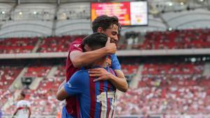 Gavi y Yusuf Demir celebran un gol con el primer equipo del Barça