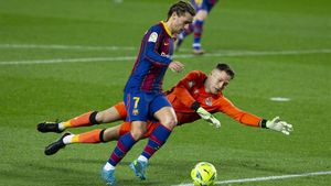 Remiro, portero de la Real, intenta parar a Griezmann en el Camp Nou
