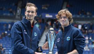 Medvedev y Rublev, con el trofeo de campeones.