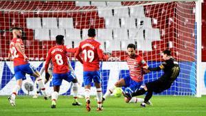 Leo Messi durante el partido entre el Granada y el FC Barcelona correspondiente a LaLiga disputado en el Nuevo Los Cármenes