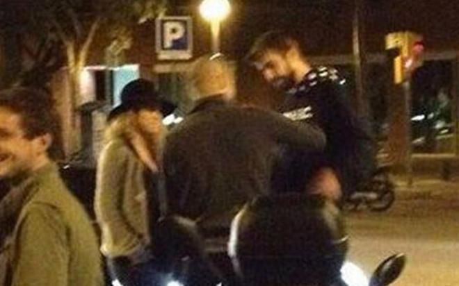 Piqué y Shakira, charlando en la calle con Pep Guardiola