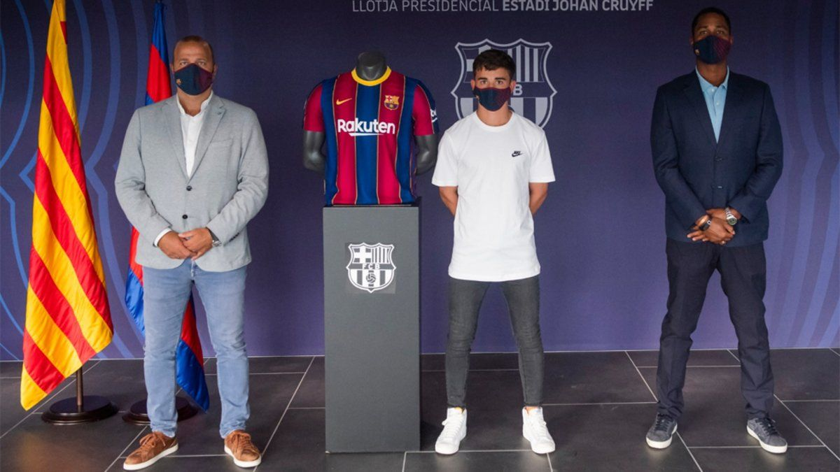 Gavi, junto a Xavi Vilajoana tras firmar la renovación