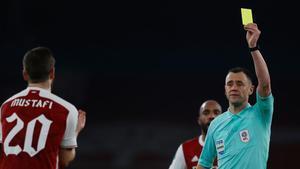 El arbitro mostró la targeta amarilla a Mustafi en el encuentro de cuartos de final de la Carabao Cup