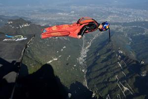 Zhang Shupeng en vuelo durante un salto en traje de alas desde la montaña Tianmen en Zhangjiajie, provincia china de Hunan.