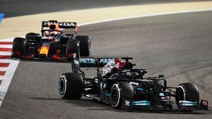 Hamilton , presionado por Verstappen en la carrera de Bahrein