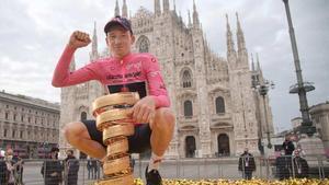 Hart posando con el trofeo de campeón del Giro