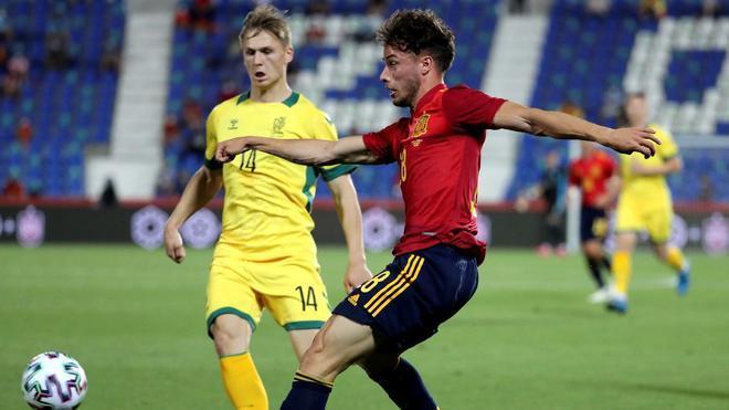 Javi Puado, en un lance del duelo ante Lituania