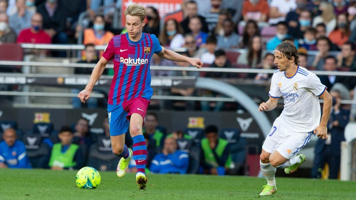 Frenkie de Jong ante Luka Modric en el clásico contra el Real Madrid