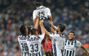Jugadores de Rayados de Monterrey de México festejan uno de los goles