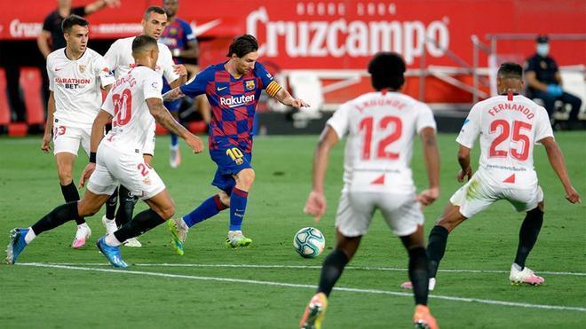 Messi, rodeado de jugadores del Sevilla