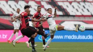 Dani Alves en una acción del partido contra el At. Paranaense