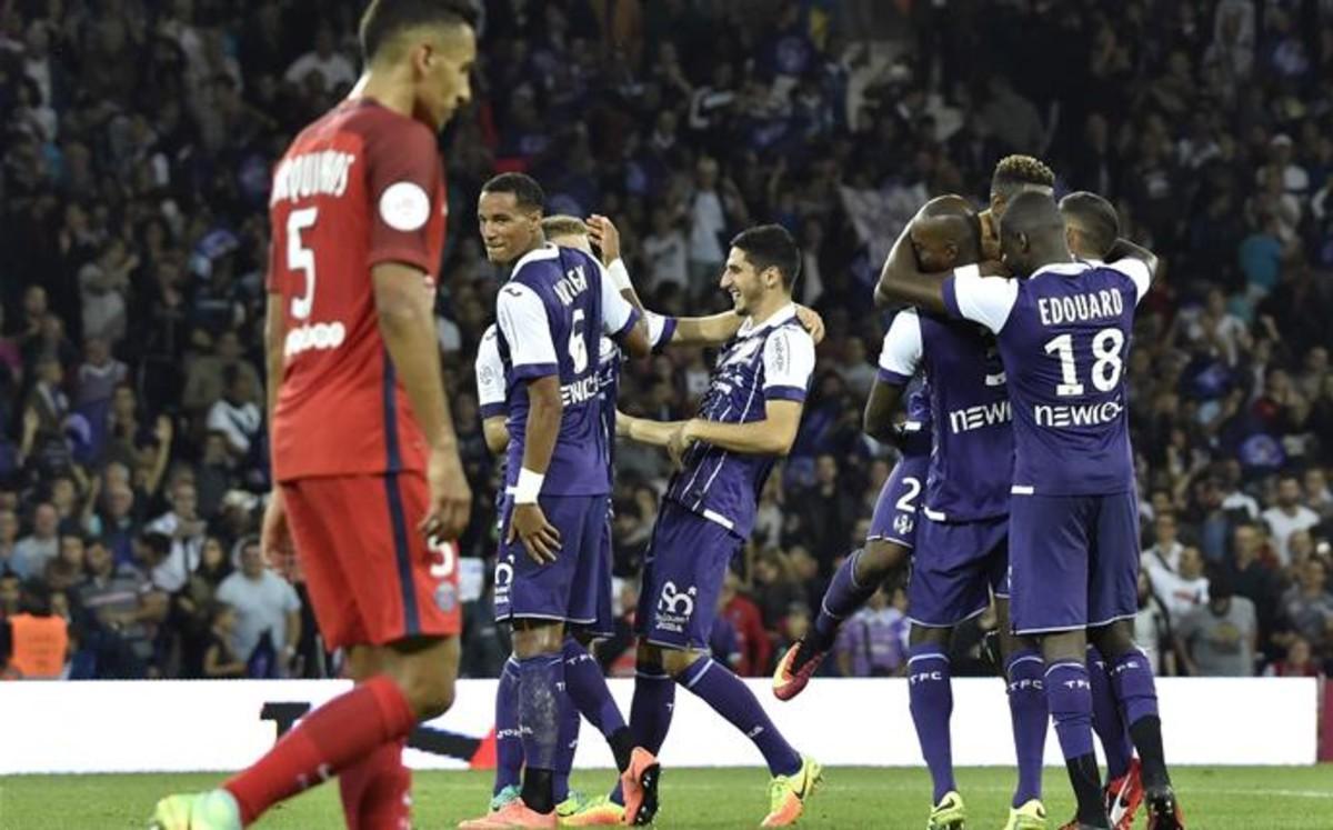 Los jugadores del Toulouse celebran un gol ante un decepcionado Marquinhos