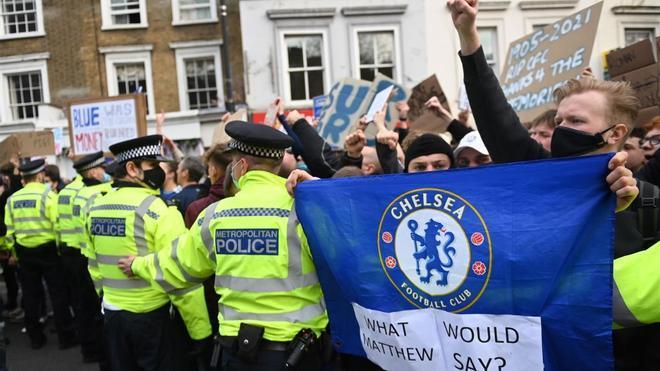 La afición del Chelsea se concentra en Stamford Bridge para protestar contra la Superliga