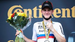 Mohoric, en el podio de la decimonovena etapa