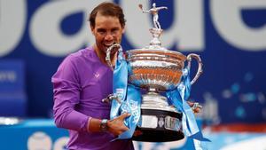 Nadal muerde la copa de campeón del Open Banc Sabadell