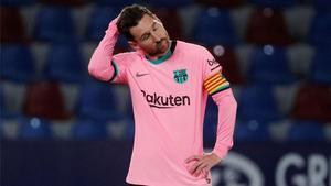 Messi, abatido sobre el verde del Ciutat de València
